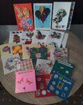 Na zdjęciu znajdują się kolorowe kartki z życzeniami z okazji Światowego Dnia Osób Chorych