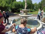Na zdjęciu Mieszkańcy bawiący się przy fontannie i puszczający wianki